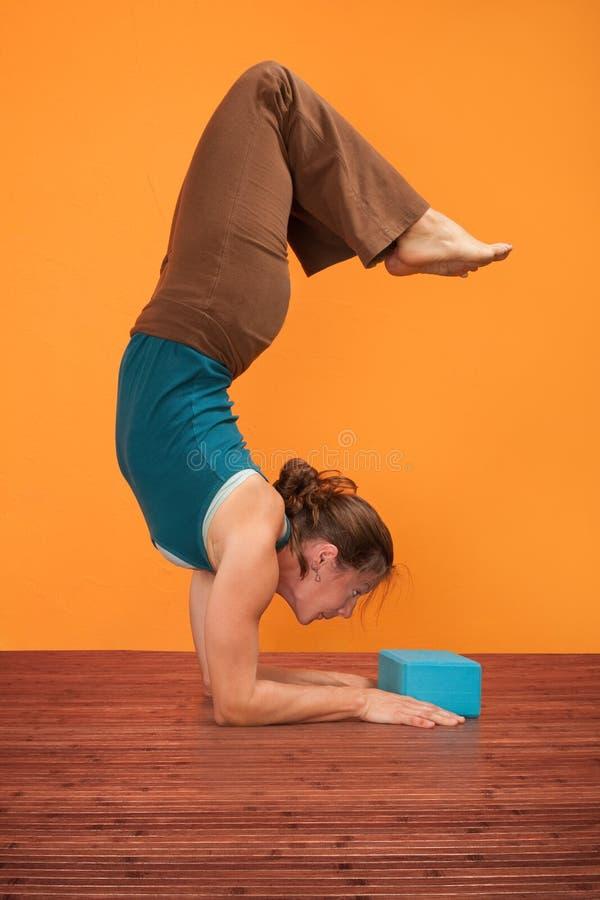 La mujer dobla al revés foto de archivo libre de regalías