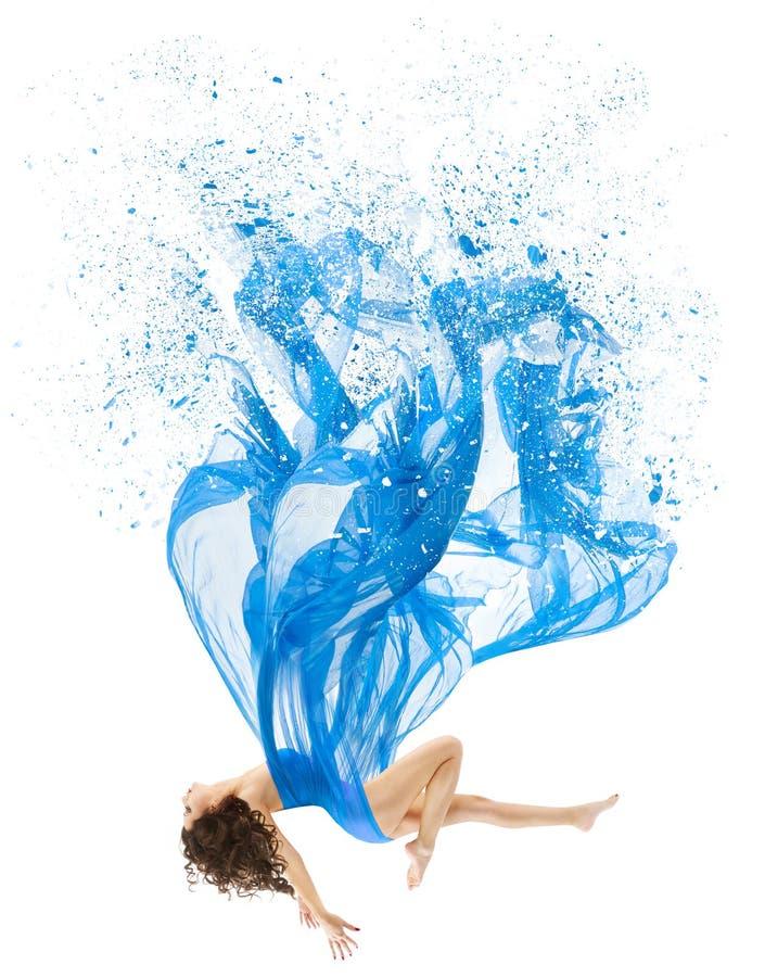 La mujer eleva y mantiene flotando en Art Dress, modelo de moda Levitation, azul imagenes de archivo