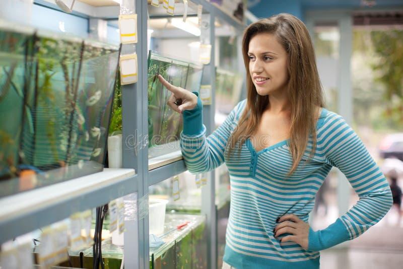 La mujer elige pescados imagen de archivo