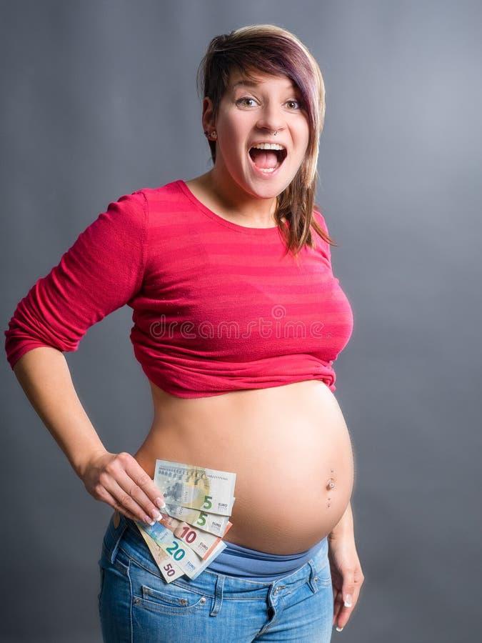 La mujer embarazada es muy feliz sin problemas del dinero imágenes de archivo libres de regalías