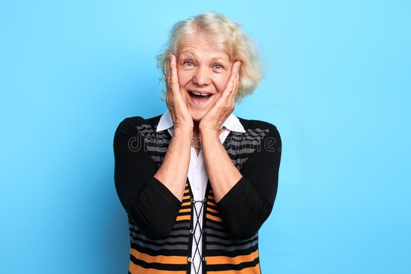 La mujer emocionada feliz no puede controlar las emociones, disfrutando en las buenas noticias fotos de archivo