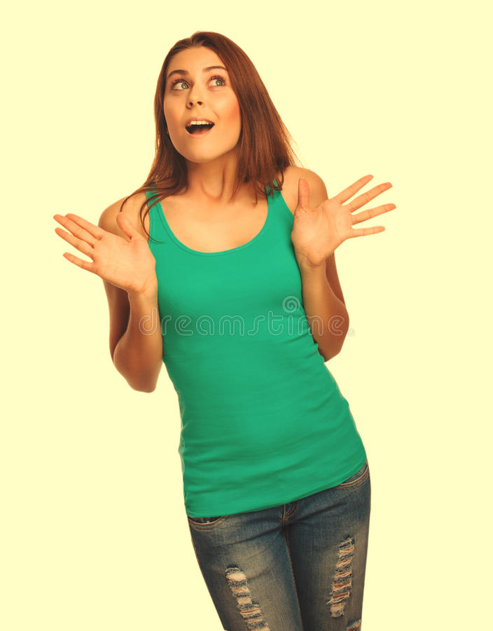 La mujer emocionada morena sorprendida muchacha lanza para arriba sus manos abiertas fotografía de archivo