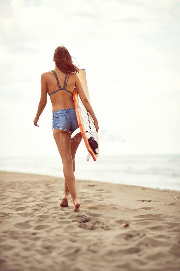 La mujer en bikini va practicar surf y a divertirse en verano fotos de archivo libres de regalías