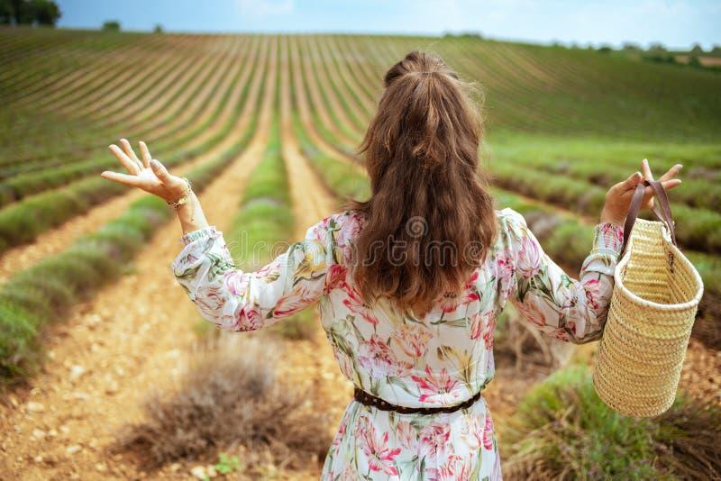 La mujer en el campo verde falt? el florecimiento de la lavanda foto de archivo libre de regalías