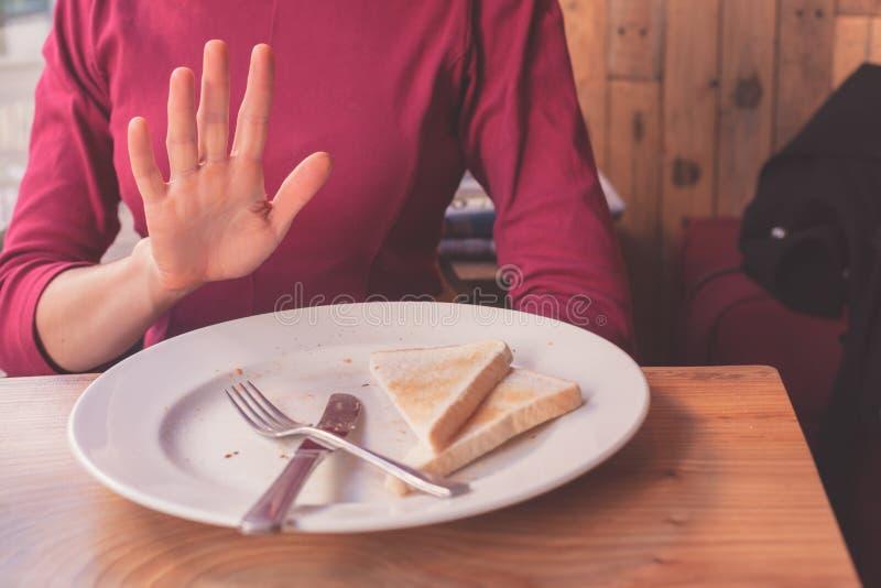 La mujer en el gluten libera dieta imagen de archivo