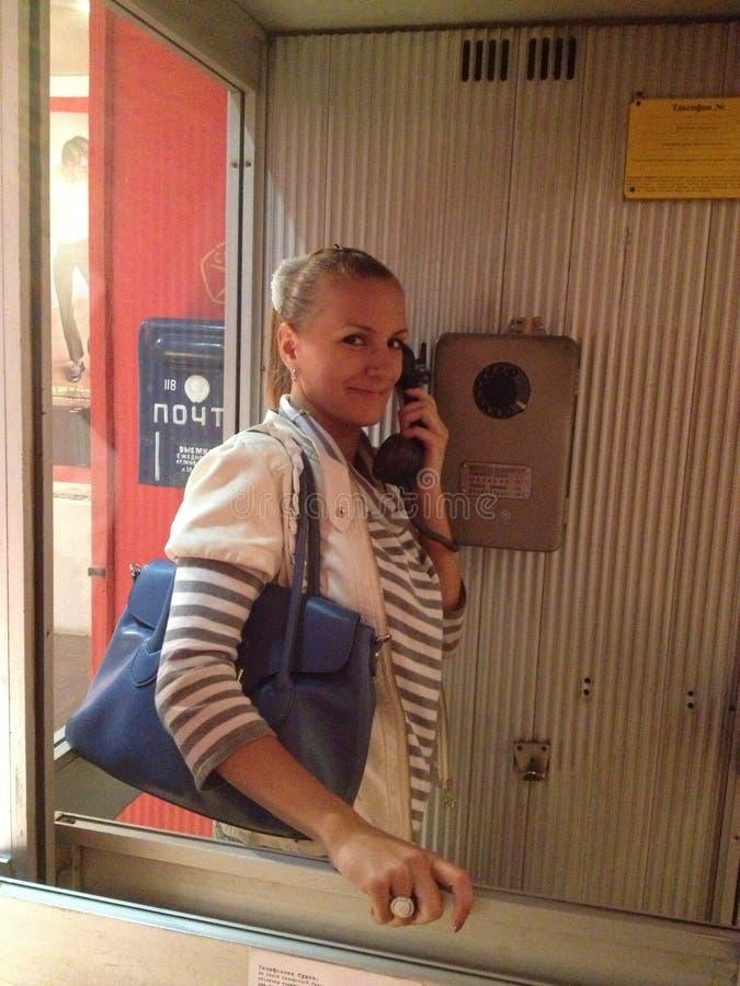 La mujer en el teléfono imágenes de archivo libres de regalías