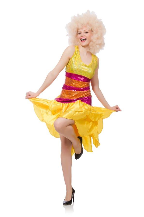 La mujer en el vestido amarillo chispeante divertido aislado en blanco imagen de archivo libre de regalías