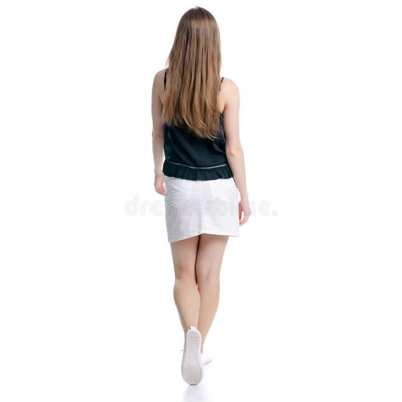 La mujer en la falda blanca y negro va a caminar foto de archivo