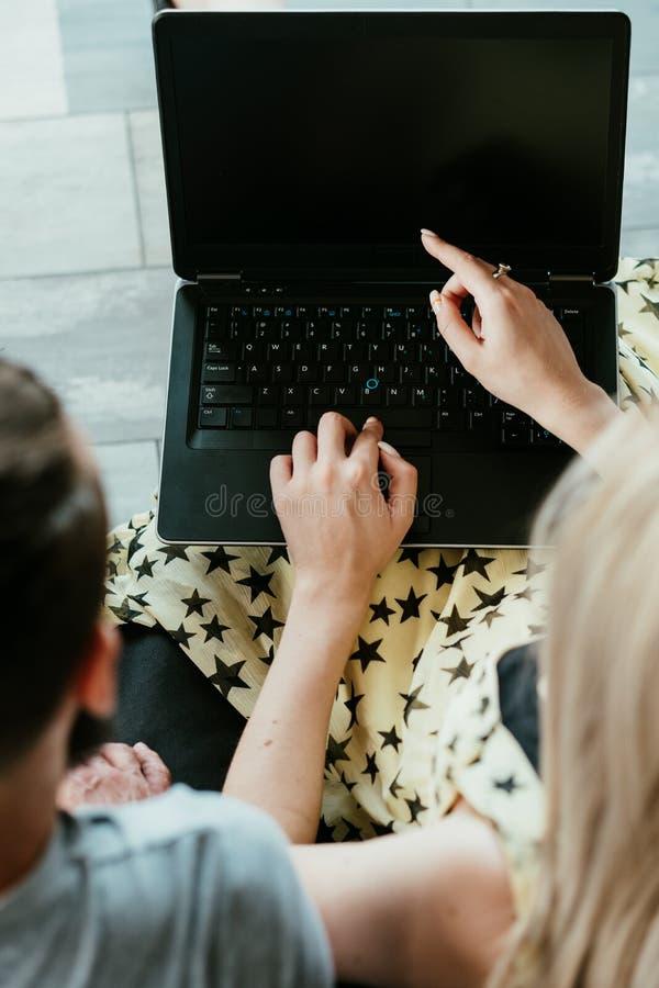 La mujer en línea que hace compras elige la pantalla del ordenador portátil del punto imagenes de archivo