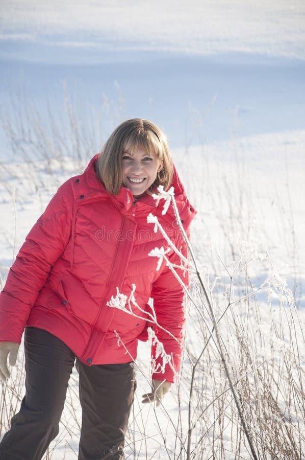 La mujer en la chaqueta roja imágenes de archivo libres de regalías