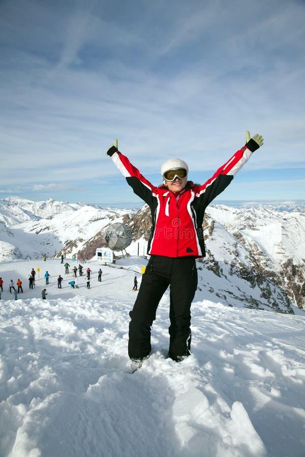 La mujer en las montañas remata con las manos para arriba fotos de archivo