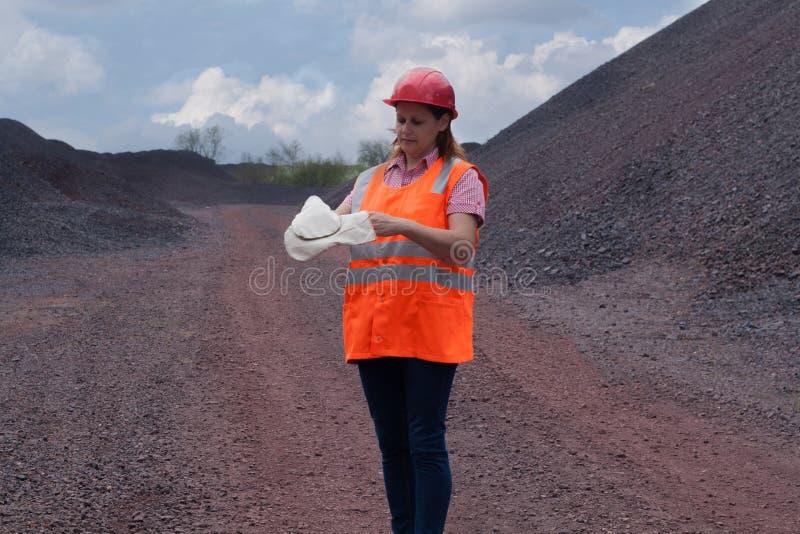 La mujer en ropa de funcionamiento protectora protección de trabajo imagenes de archivo