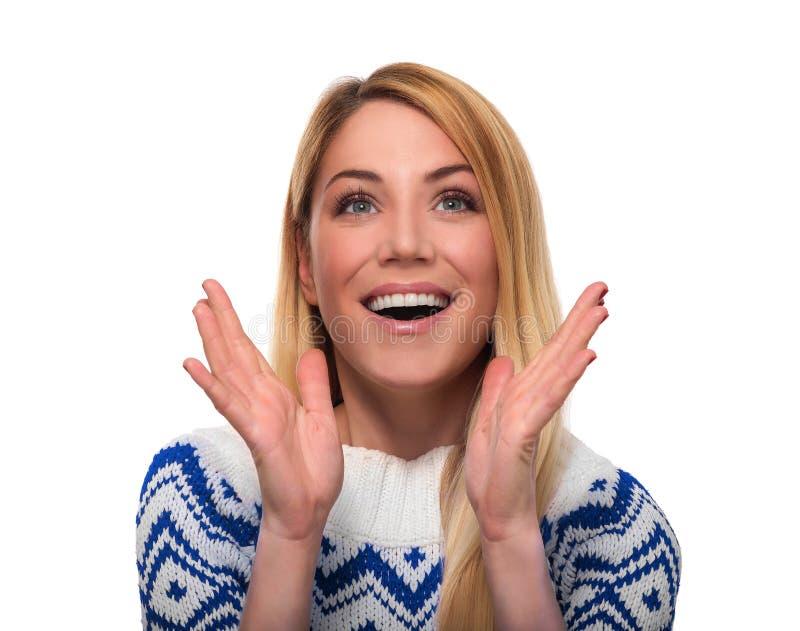 La mujer en ropa del invierno expresa sorpresa Aislado encendido aislado en blanco fotos de archivo