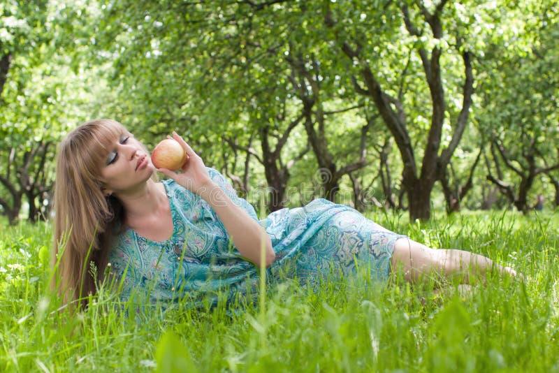 La mujer en una alineada con una manzana imágenes de archivo libres de regalías