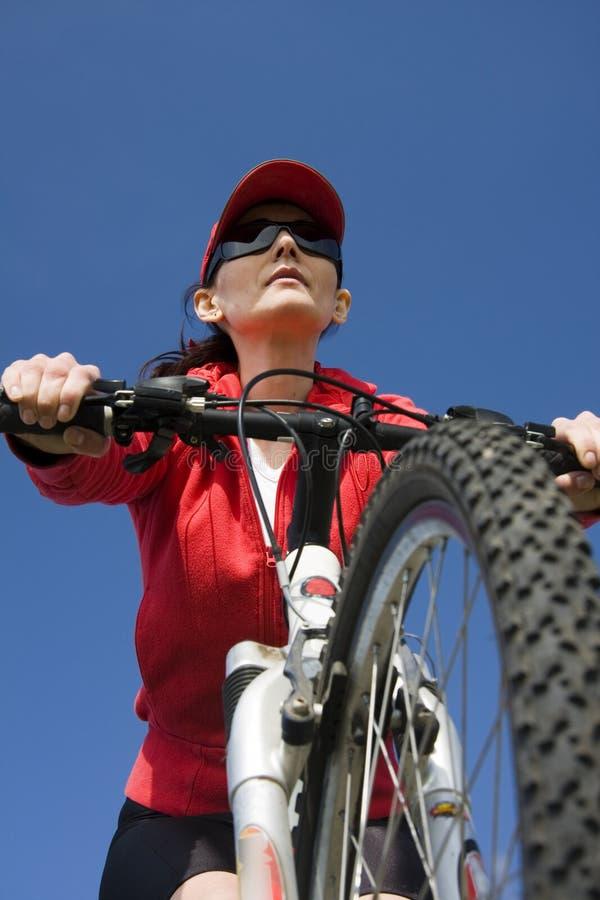 La Mujer En Una Bicicleta Imagen de archivo libre de regalías