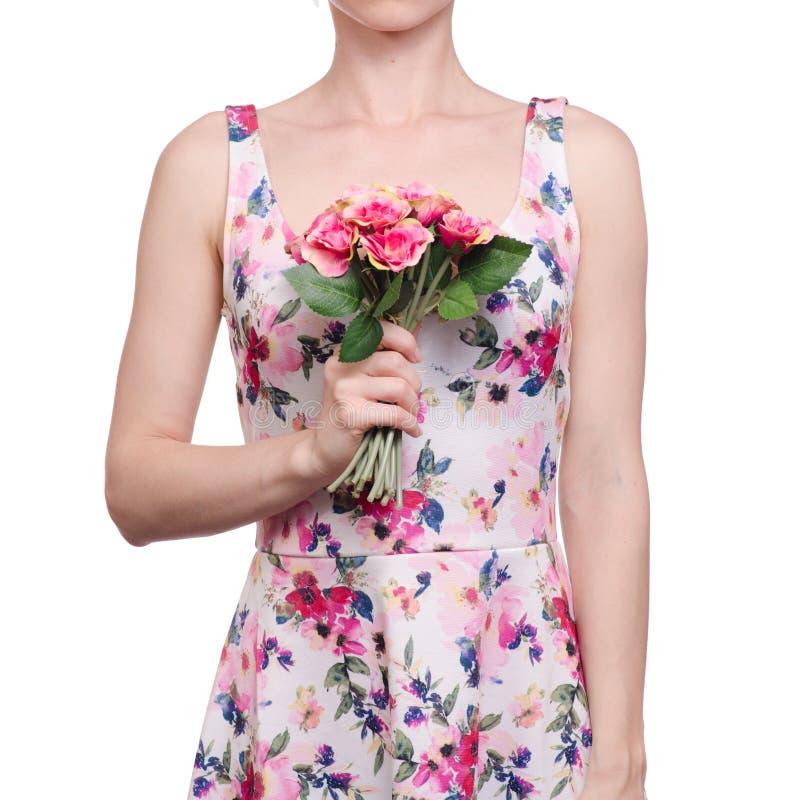 La mujer en una impresión floral del vestido en las manos florece verano de la primavera foto de archivo libre de regalías