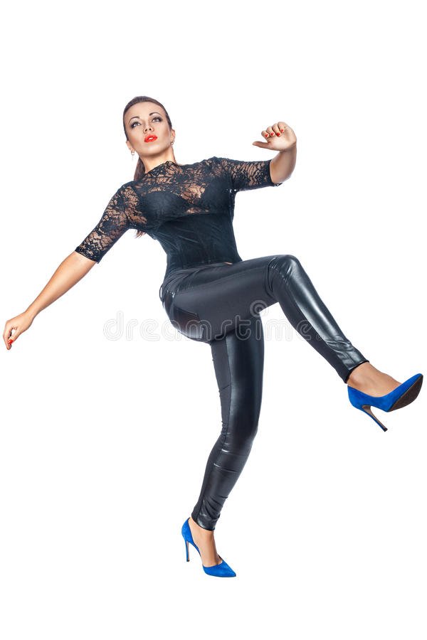 La mujer en zapatos azules hace un paso grande imagen de archivo libre de regalías