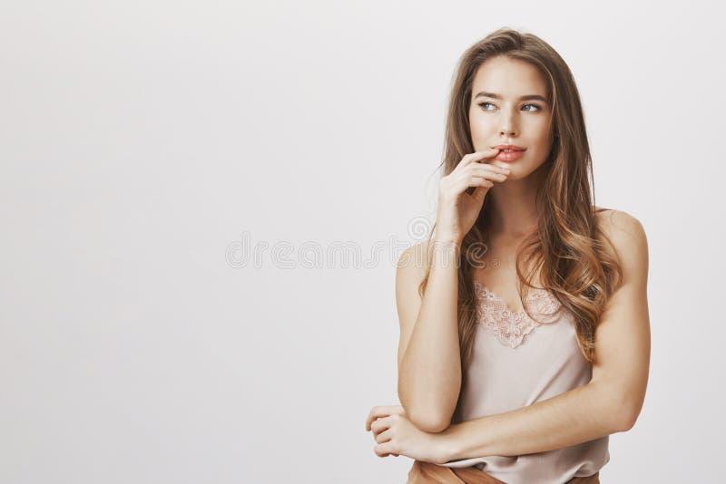 La mujer encantadora tiene mente del sharm y grandes ideas Retrato de los labios conmovedores intrigantes del modelo femenino fem fotos de archivo