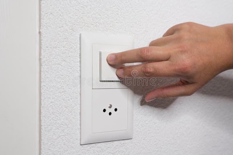 La mujer enciende la luz con dos fingeres fotos de archivo