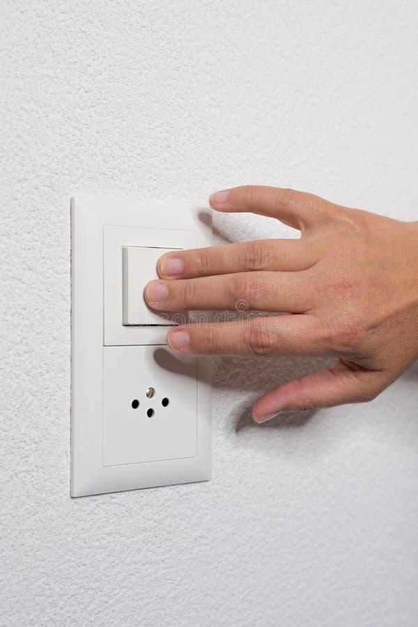 La mujer enciende la luz con dos fingeres foto de archivo libre de regalías