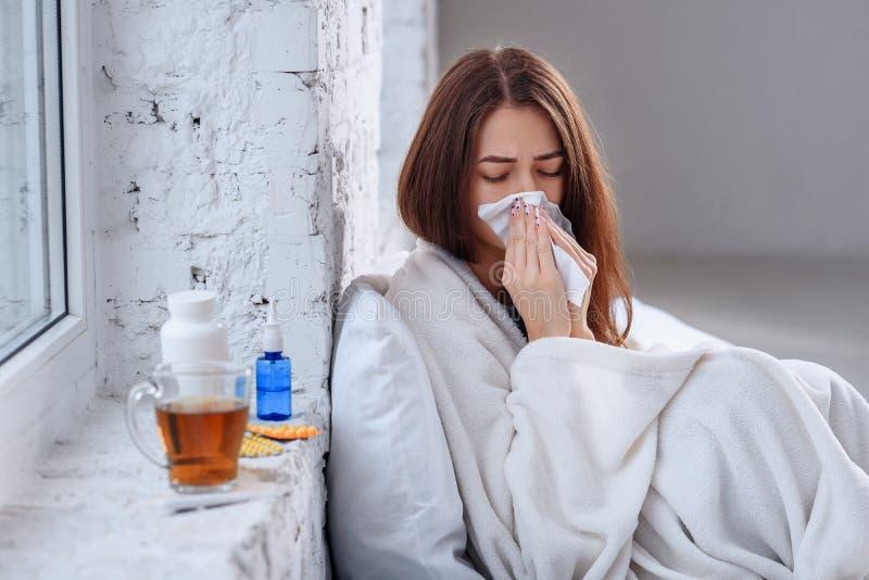 La mujer enferma cogió enfermedad fría, de sensación y el estornudo en trapo del papel Primer de la muchacha malsana hermosa cubi fotografía de archivo libre de regalías