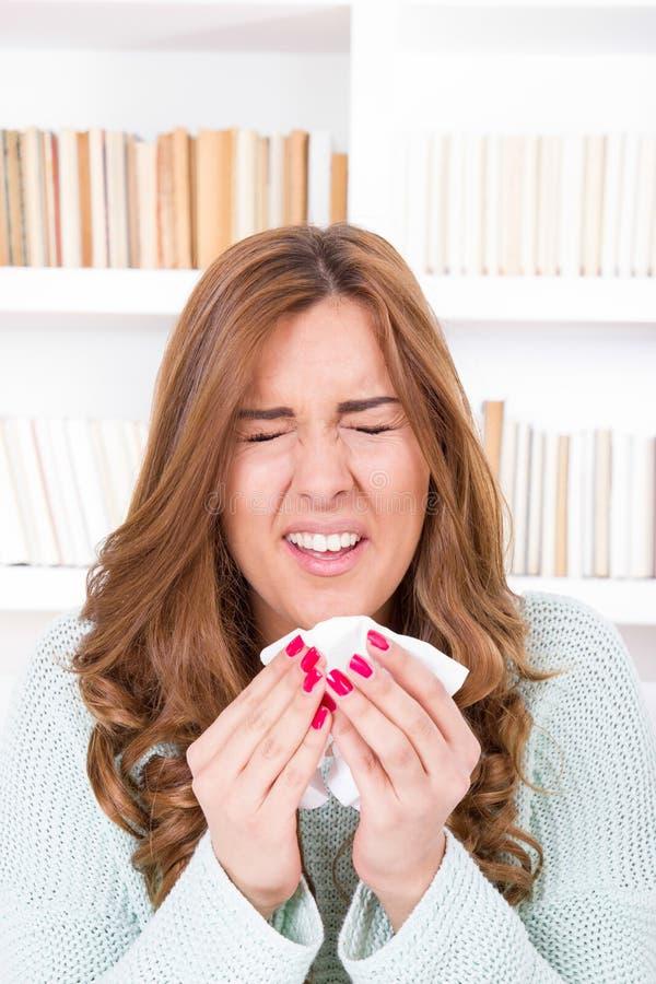 La mujer enferma se sorbe con el virus que siente el estornudo enfermo en tejido imagen de archivo libre de regalías