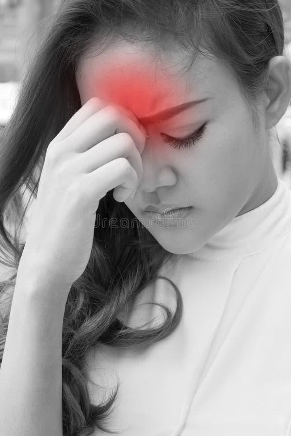 La mujer enferma sufre del dolor de cabeza, jaqueca, resaca, tensión fotografía de archivo libre de regalías