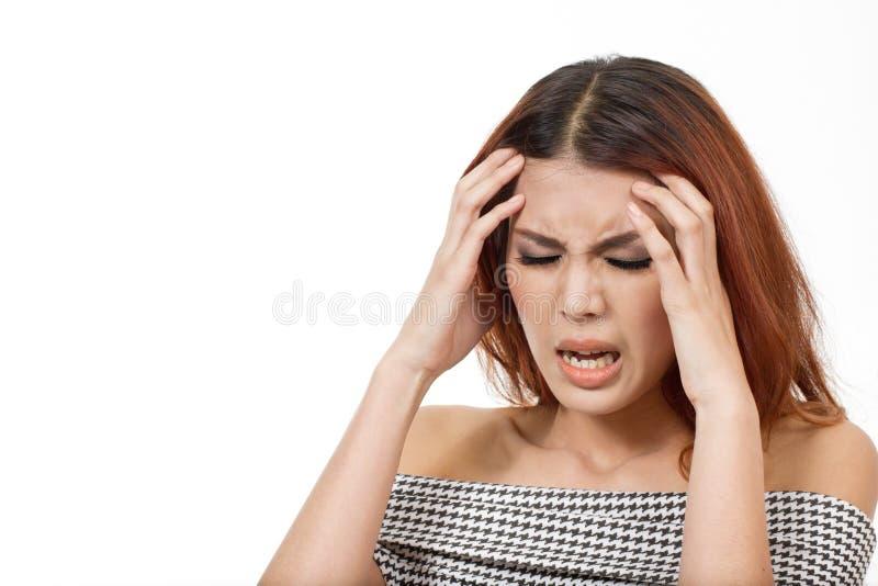 La mujer enferma sufre del dolor de cabeza severo, jaqueca, tensión, resaca imagen de archivo libre de regalías