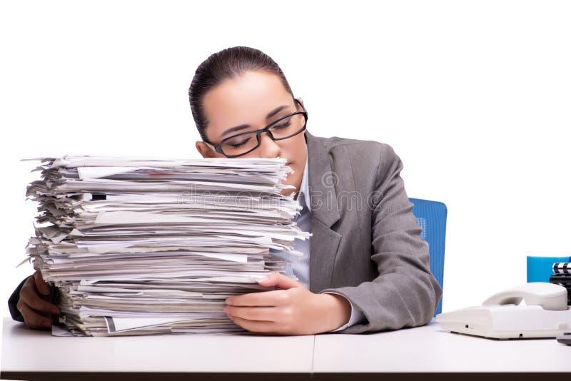 La mujer enojada con las pilas de documento sobre blanco foto de archivo