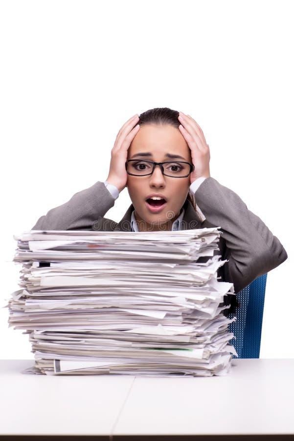 La mujer enojada con las pilas de documento sobre blanco imagenes de archivo