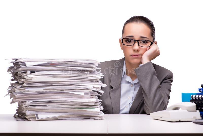 La mujer enojada con las pilas de documento sobre blanco imágenes de archivo libres de regalías