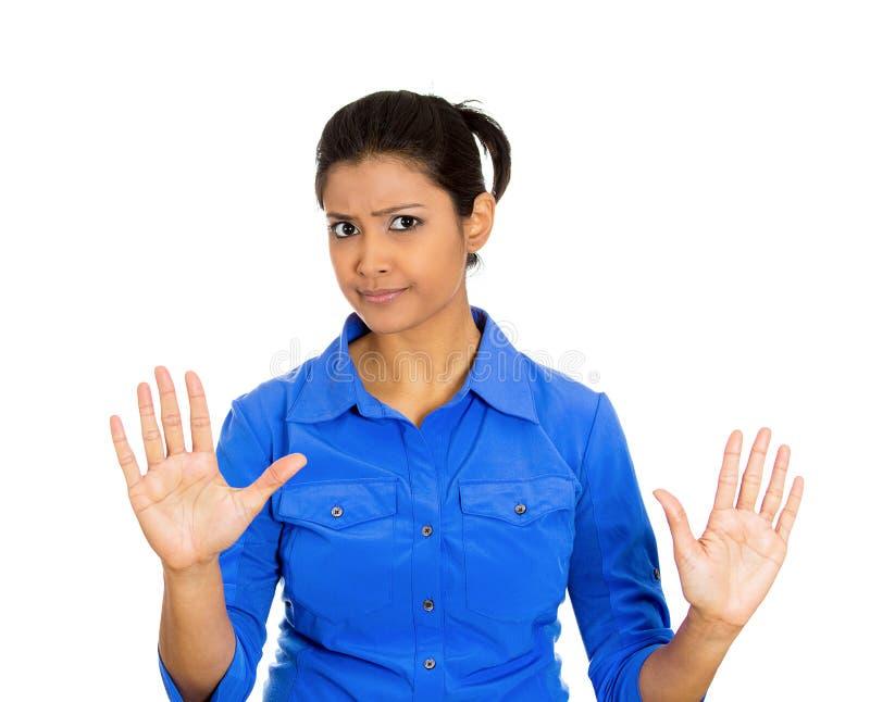 La mujer enojada que aumenta las manos hasta dice no fotos de archivo