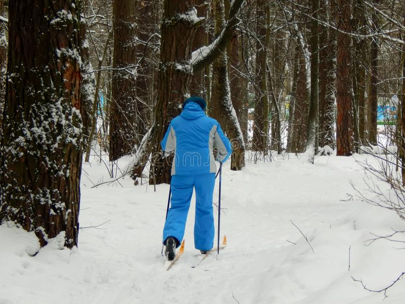 La mujer entra para los deportes en los esquís imagen de archivo