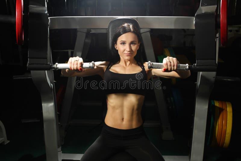 La mujer entrena a Pecs en el gimnasio fotografía de archivo libre de regalías