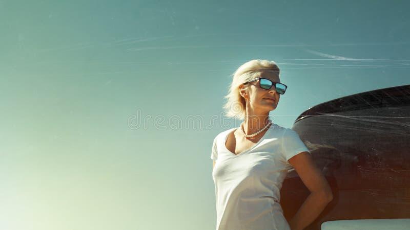 La mujer envejecida media disfruta de aventura del camino Concepto acertado de los d?as de fiesta de la libertad de la mujer Imag fotos de archivo