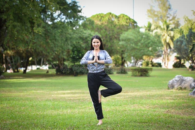 La mujer es ejercicio de los deportes de la yoga foto de archivo libre de regalías