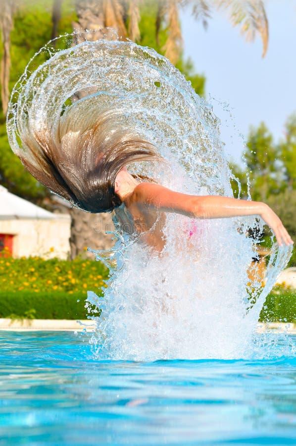 La mujer es el saltar de la piscina fotos de archivo libres de regalías