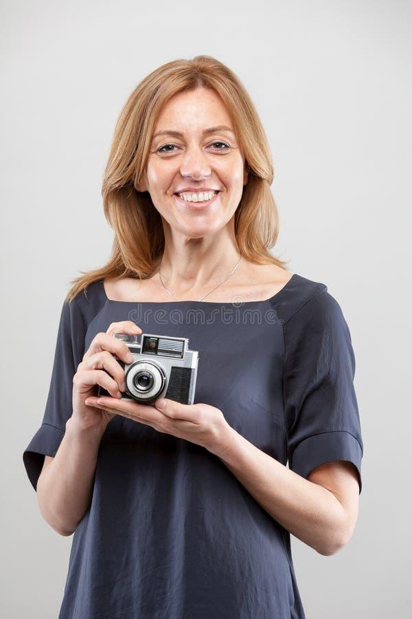 La mujer es fotógrafo apasionado fotografía de archivo
