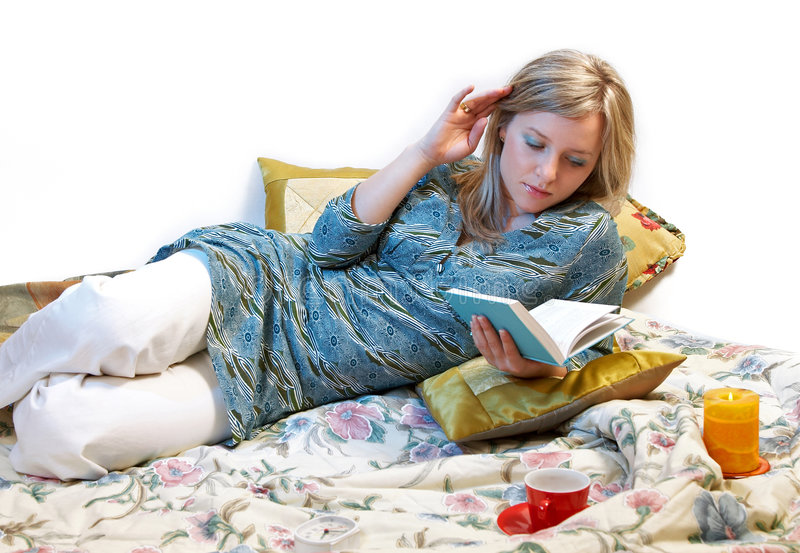 La mujer es libro de lectura fotografía de archivo libre de regalías