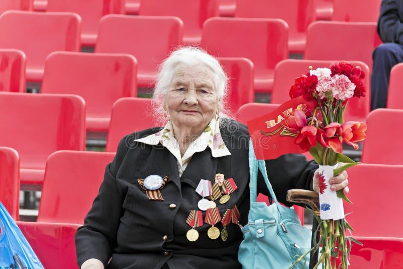 La mujer es veterano ruso en la celebración en la publicación anual Vic del desfile fotos de archivo libres de regalías