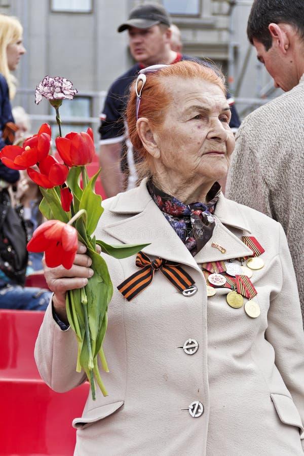 La mujer es veterano ruso en la celebración en la publicación anual Vic del desfile imágenes de archivo libres de regalías