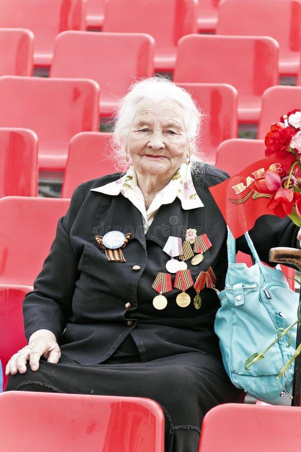 La mujer es veterano ruso en la celebración en la publicación anual Vic del desfile fotografía de archivo libre de regalías