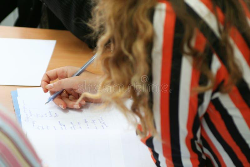 La mujer escribe en el papel fotografía de archivo libre de regalías