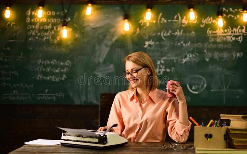 La mujer escribe la novela de la historia de amor en la redacción Apenas inspirado Educación de la literatura y de la gramática N imagen de archivo libre de regalías