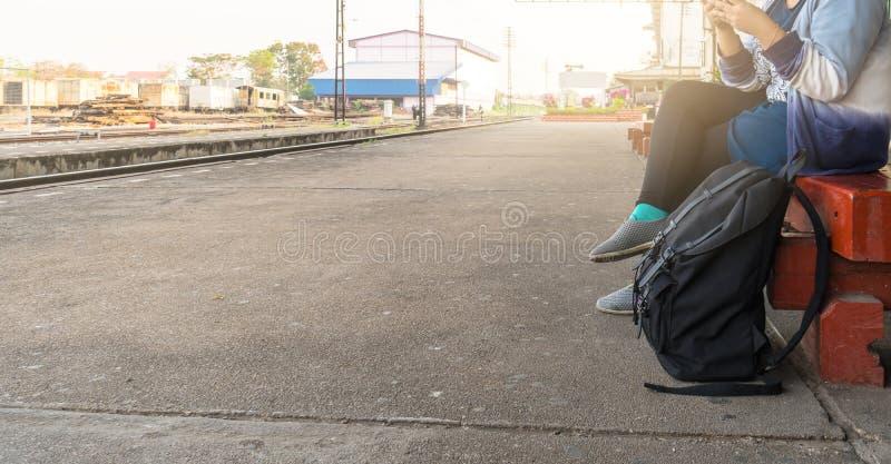 La mujer esperaba el tren para viajar y el turismo imagen de archivo libre de regalías