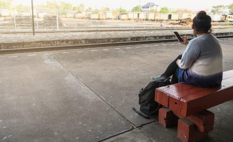 La mujer esperaba el tren para viajar y el turismo imágenes de archivo libres de regalías