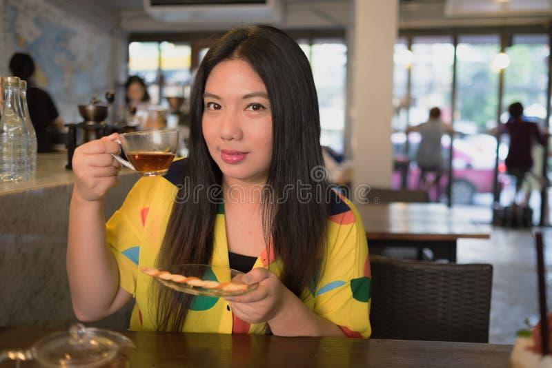 La mujer está bebiendo té caliente fotos de archivo libres de regalías