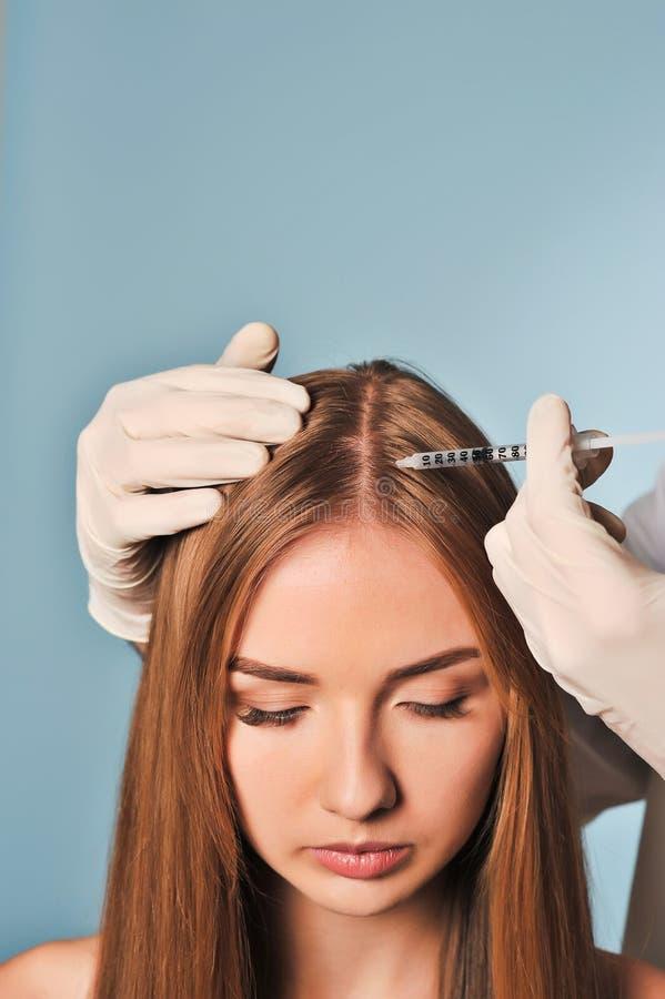 La mujer está consiguiendo la inyección en cabeza Mesotherapy imágenes de archivo libres de regalías