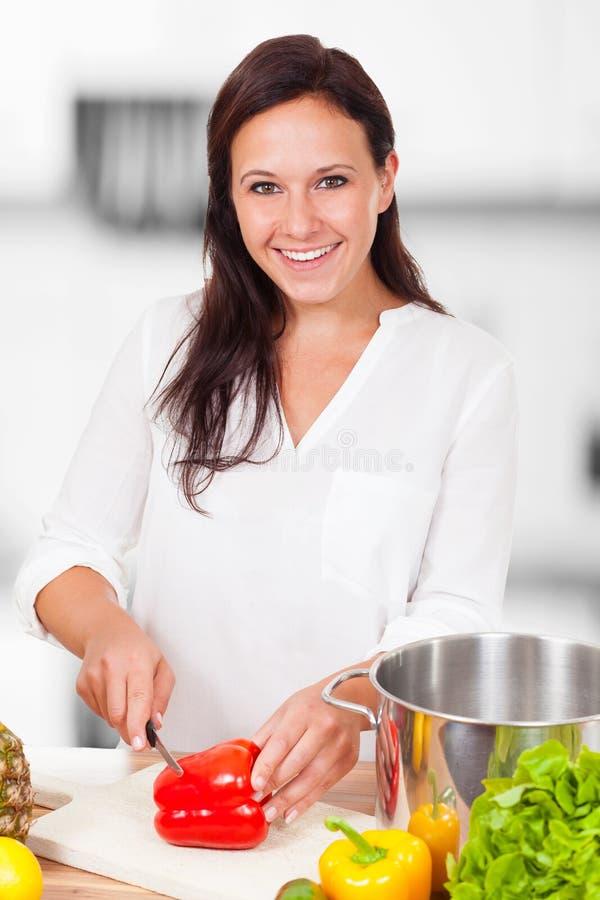 La mujer está cortando verduras fotos de archivo