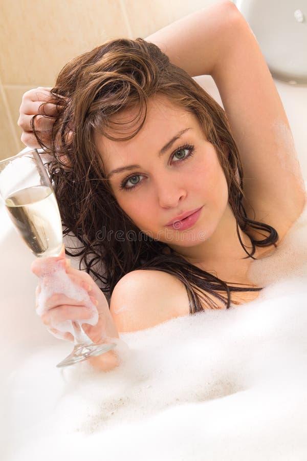 La mujer está disfrutando de un baño foto de archivo